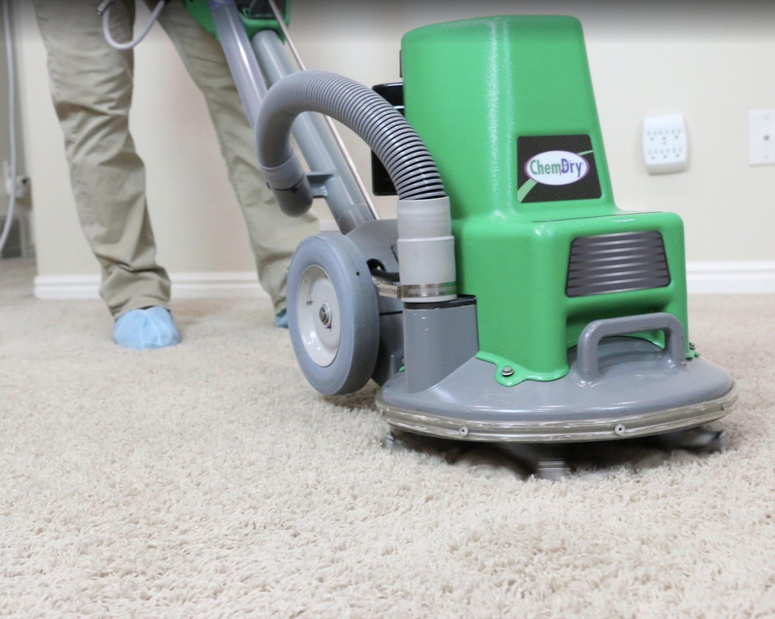 tech doing carpet cleaning west covina ca